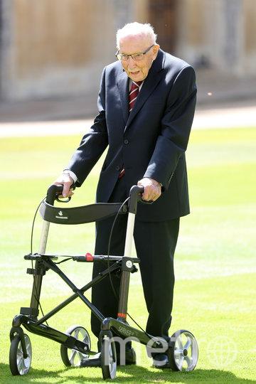 Том Мур передвигается на ходунках. Фото Getty