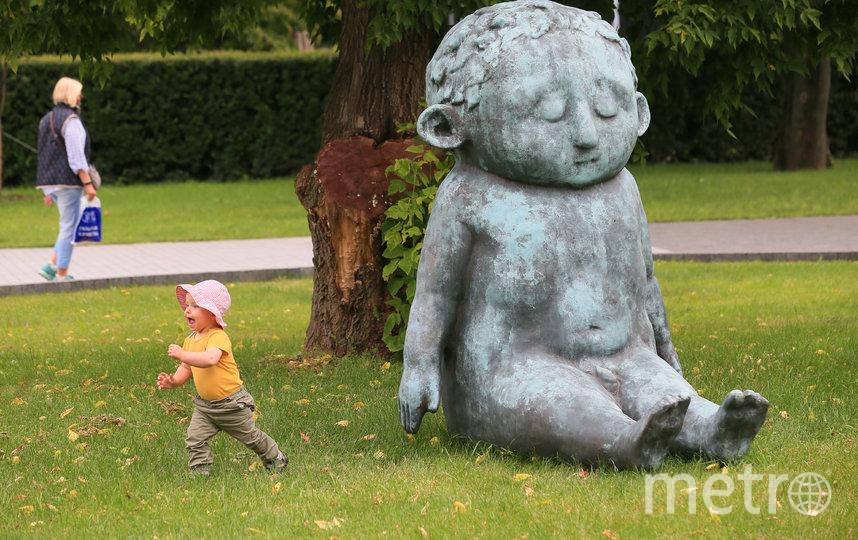 """Малыши бегают возле скульптуры """"Малыш"""". Фото Василий Кузьмичёнок"""