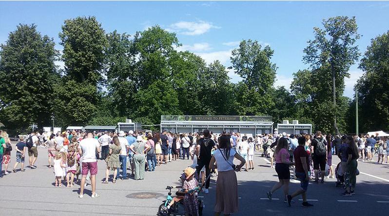 """Вот такие очереди были у входа в Нижний парк. Фото https://vk.com/new.petergof?w=wall-174592706_54490, """"Metro"""""""