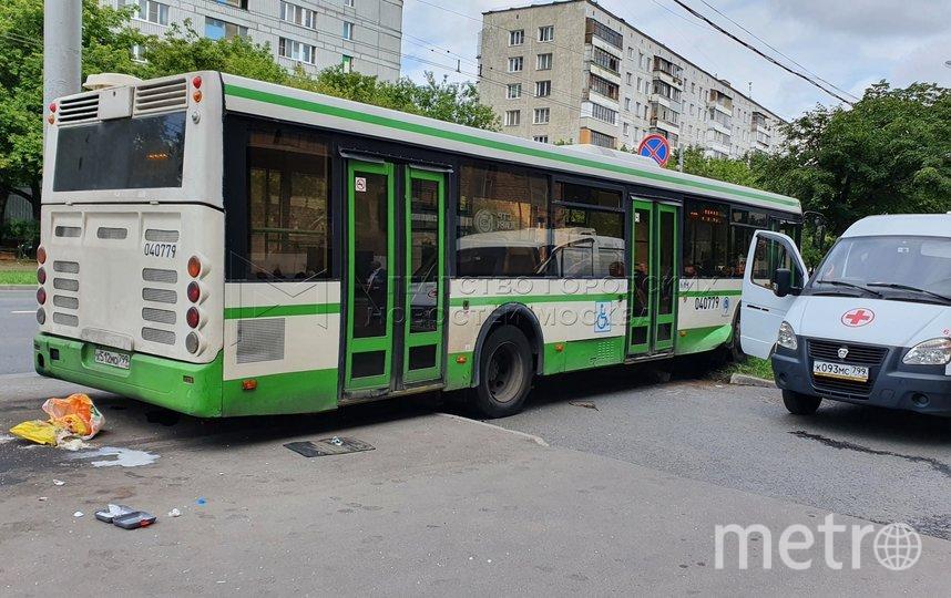 """Последствия ДТП с автобусом в Люблино, в результате которого погибла женщина. Фото АГН """"Москва""""/ Денис Воронин"""