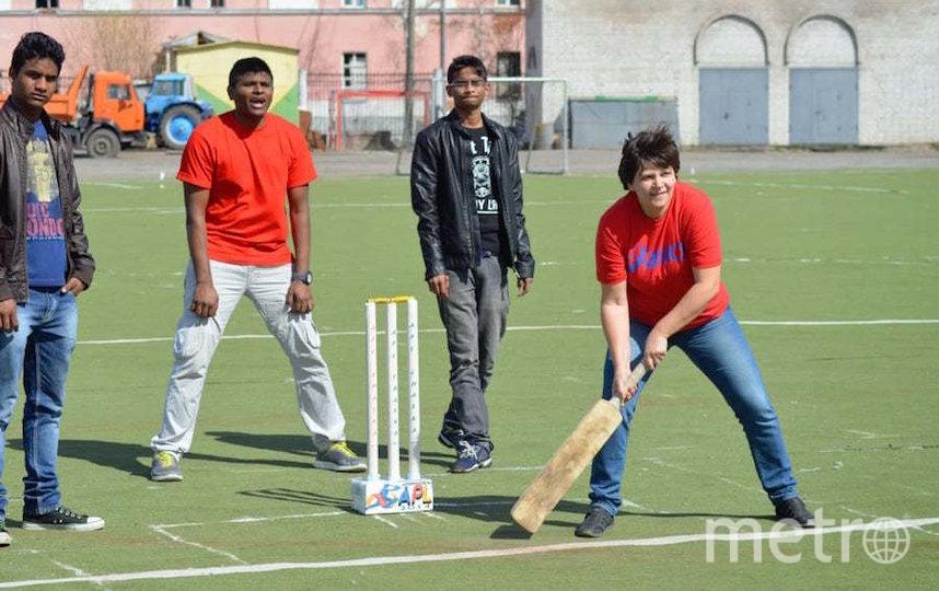 В крикете одна команда подаёт мяч, а другая отбивает его битой, защищая так называемую калитку и набирая очки. Фото предоставлены Правином Доркхе