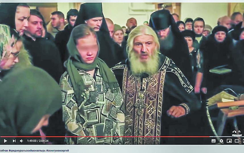 Скандально популярным отец Сергий стал после того, как стал выкладывать в Сеть проповеди, в которых отрицал коронавирус и хвалил Сталина. Фото Скриншот  youtube/Ксения Собчак