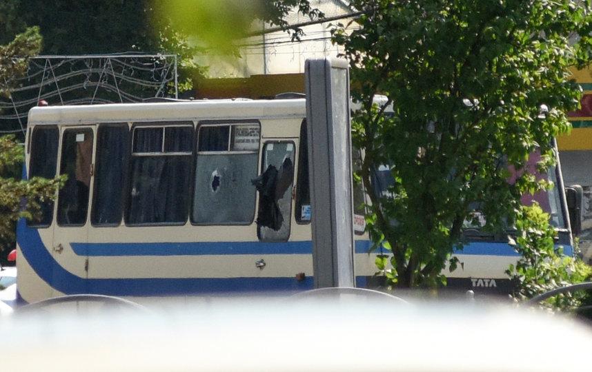 На автобусе видны следы выстрелов. По предварительной информации в транспортном находятся от 10 до 20 человек. Фото AFP