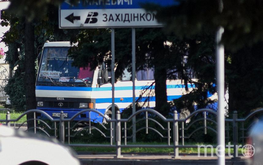 По предварительной информации в транспортном средстве находятся от 10 до 20 человек. Фото AFP