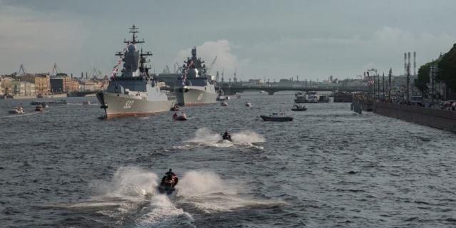 Военные корабли уже в Неве в Петербурге.