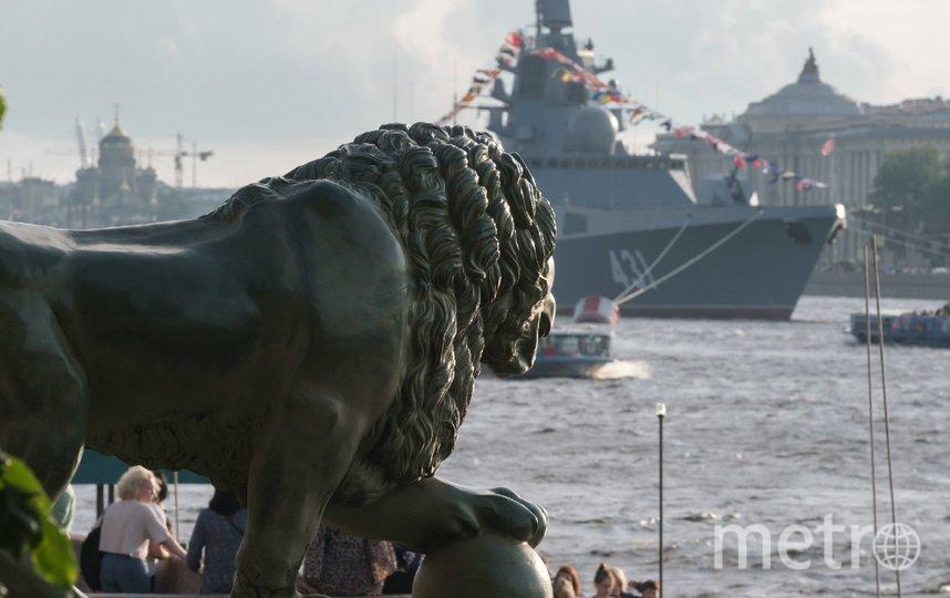 """Военные корабли уже в Неве в Петербурге. Фото Алена Бобрович, """"Metro"""""""