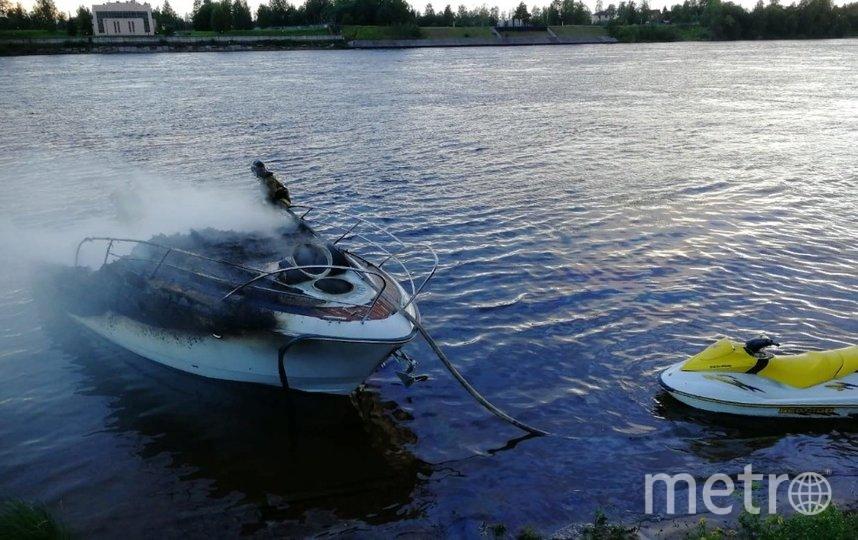 Катер сгорел за десять минут. Фото 47.mchs.gov.ru.