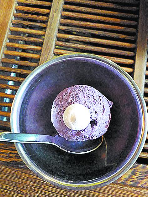 """Мороженое с голубикой, голубым сыром и кедровыми орешками. Фото Мария Позина, """"Metro"""""""