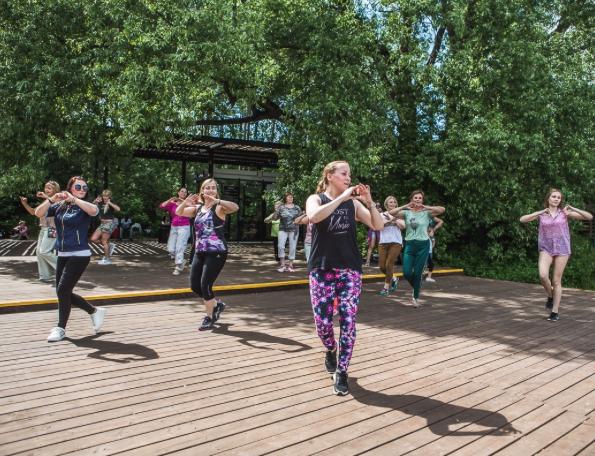 """По четвергам и пятницам в саду """"Эрмитаж"""" можно научиться танцевать свинг и танго. Фото Предоставлено организаторами"""