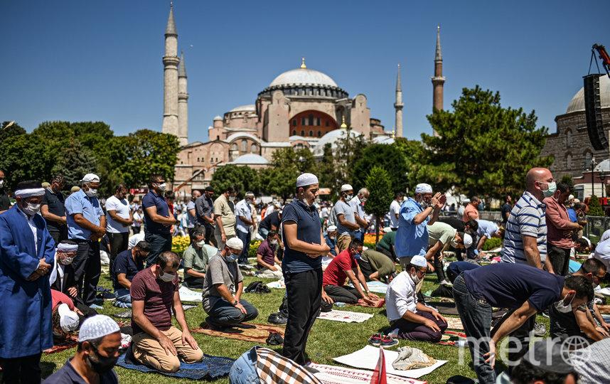 Мужчины совершают пятничную молитву у Собора Святой Софии в Стамбуле, первую мусульманскую молитву, проведённую здесь с тех пор, как собор вновь преобразован в мечеть. Фото AFP