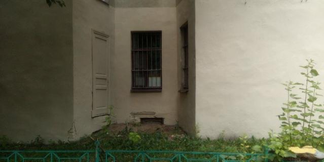 Двор Нельсона в Петербурге - одну из стен коммунальщики уже закрасили.