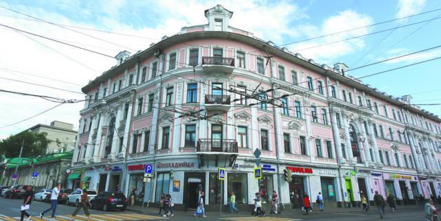 Дом Рахмановых находится на пересечении Бауманской и Бакунинской улиц.