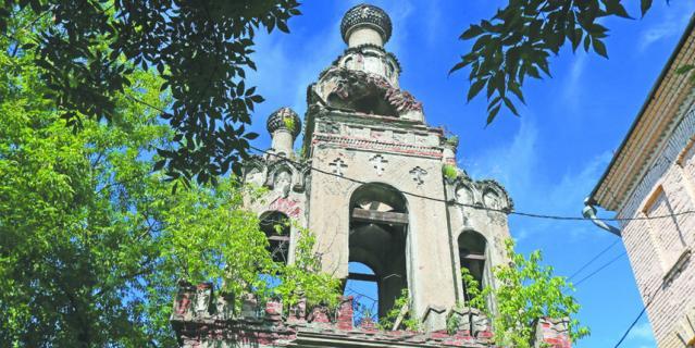 Дом Карасёва давно снесли, а сохранившаяся колокольня разрушается прямо на глазах и уже много лет нуждается в реставрации.