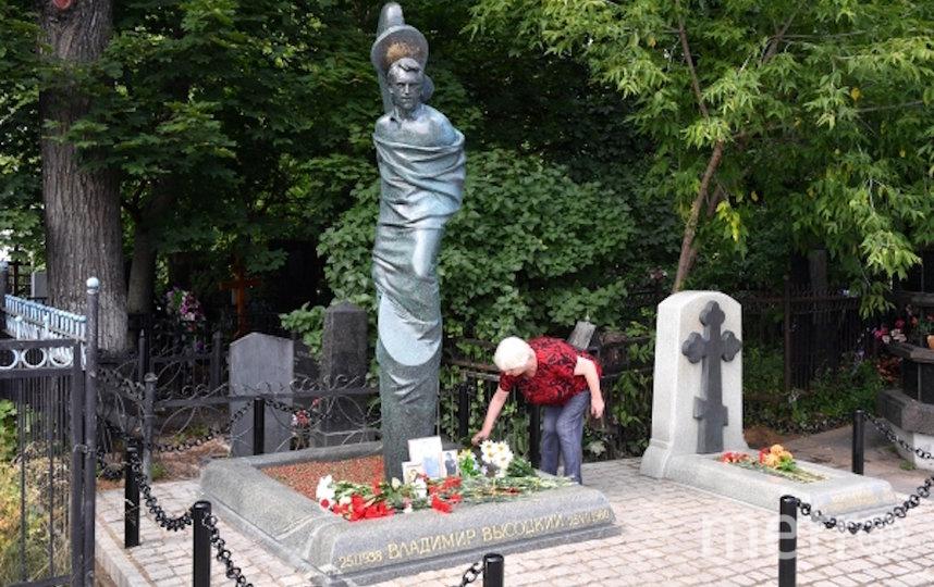 Памятник Владимиру Высоцкому на Ваганьковском кладбище в Москве. Фото РИА Новости