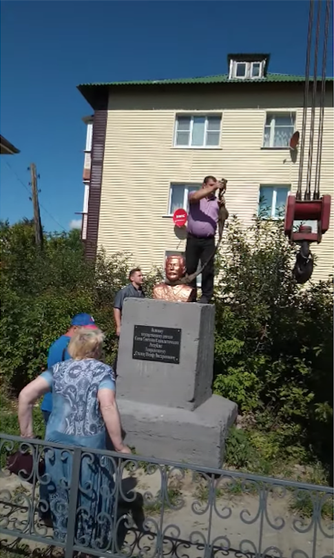 Петля на шее у бюста Сталина вызвала возмущение у его сторонников. Фото предоставлено Борисом Ташевым