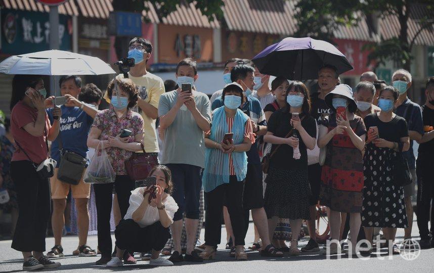 У здания генконсульства США в Чэнду столпилась толпа любопытствующих. Фото AFP
