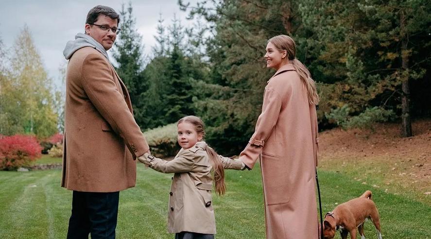 Кристина Асмус и Гарик Харламов с дочерью Настей. Фото Instagram @garikkharlamov