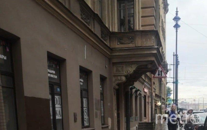 Ранее на Петроградке очевидцы заметили обрушение декора с дома. Фото vk.com/spb_today.