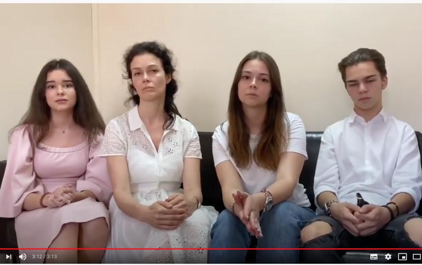 """Марина Чайка и ее дети: Мария (20 лет), Сергий (18 лет), Дария (17 лет). Младшей Софии 5 лет. Её в кадр решили не брать. Фото скриншот с YouTube-канала """"Президент Гордон"""""""