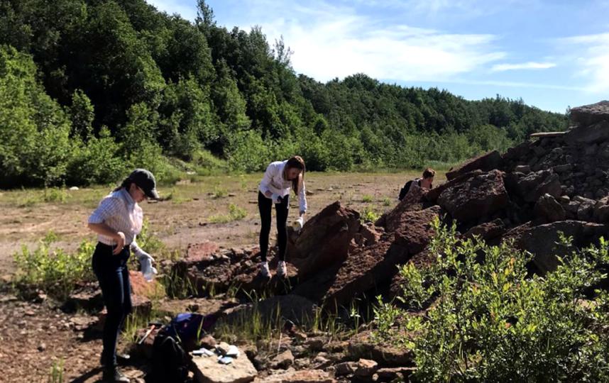 """Найти ископаемое несложно: важно «видеть», в каком куске известняка оно может скрываться. Это фото сделано на Путиловском карьере. Фото paleo hunters, """"Metro"""""""