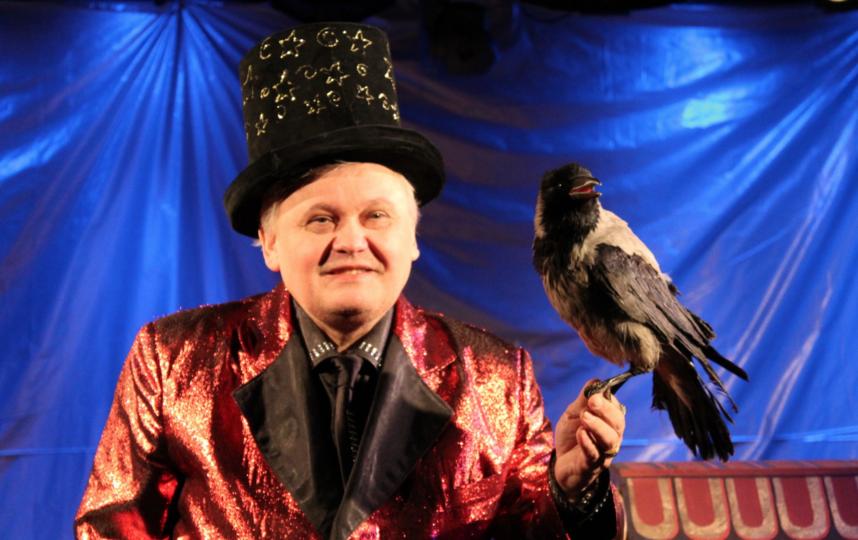 Анатолий Ляшенко идрессированная ворона. Фото teatrmagic.jimdo.com