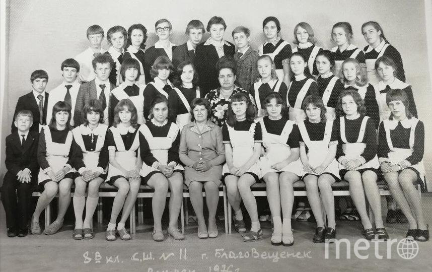 Ученица 8-го класса средней школы № 11 Благовещенска Лариса Савицкая. Нижний ряд, четвёртая справа. Фото предоставила Марина Завиваева