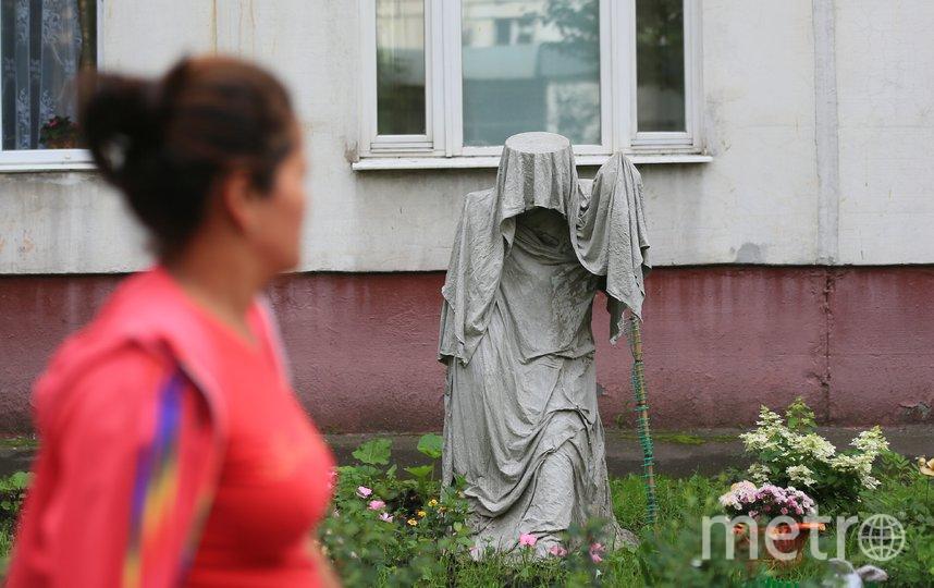 Скульптура вызывает интерес у людей. Фото Василий Кузьмичёнок