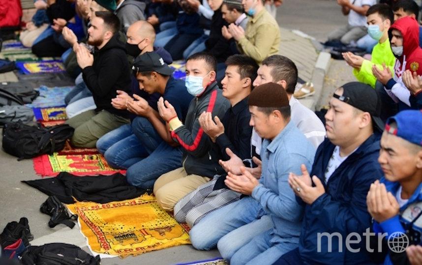 Верующие на богослужении в честь праздника Курбан-Байрам возле Московской соборной мечети. Фото РИА Новости