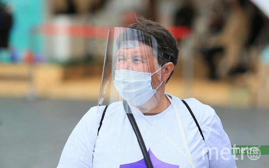 В Москве и других городах люди носят маски, чтобы обезопасить себя от коронавируса. Фото Василий Кузьмичёнок