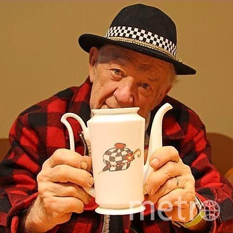 """На обратной стороне этого фарфорового чайника Олег Попов оставил свой девиз. Фото из семейного архива Поповых, """"Metro"""""""