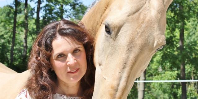 Габриэлла до сих пор обожает лошадей.