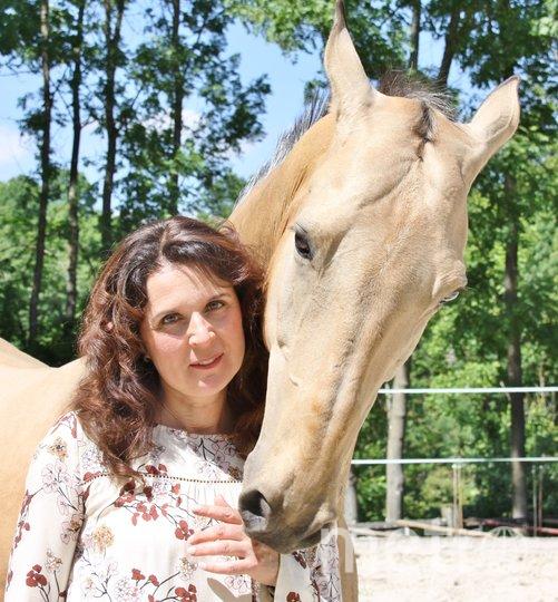 """Габриэлла до сих пор обожает лошадей. Фото из семейного архива Поповых, """"Metro"""""""
