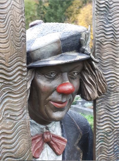 """""""Когда клоун смеётся, с ним смеётся весь мир, когда клоун плачет, плачет он один"""". Благодаря особой конструкции из глаз скульптуры Олега Попова на его могиле всегда текут слёзы. Фото Предоставлено Юрием Халявиным, """"Metro"""""""