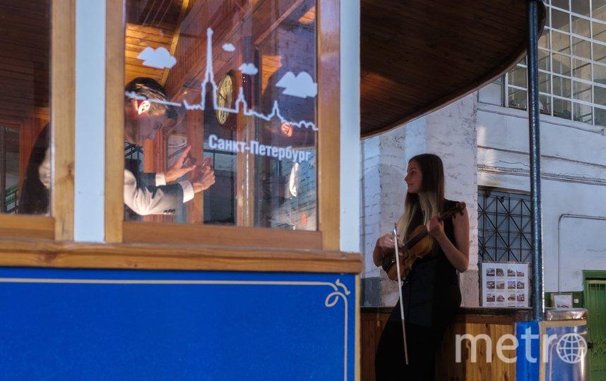 """Никогда еще музыкантам симфонического оркестра Ленинградской области """"Таврический"""" не приходилось играть среди ретро-трамваев. Фото Алена Бобрович, """"Metro"""""""