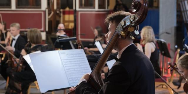 """Никогда еще музыкантам симфонического оркестра Ленинградской области """"Таврический"""" не приходилось играть среди ретро-трамваев."""