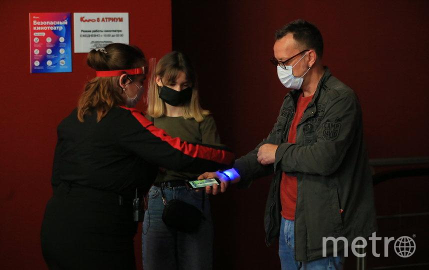 На входе в зону продажи билетов измеряют температуру. Фото Василий Кузьмичёнок