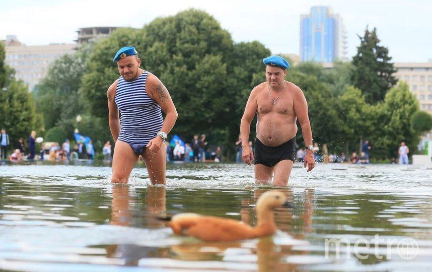 Десантники Андрей (слева) и Александр оказались среди первых купальщиков. Фото Василий Кузьмичёнок