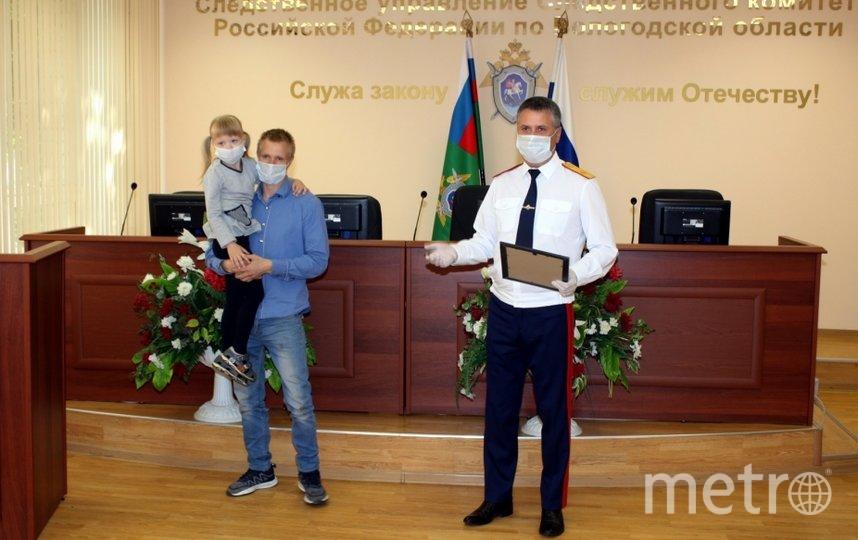 Девочке вручили награду. Фото sledcom.ru