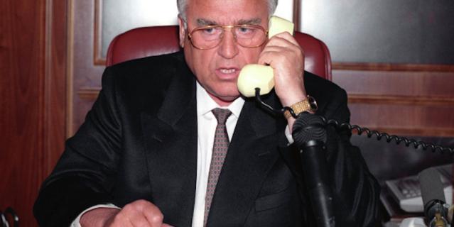 Председатель Правительства РФ Виктор Степанович Черномырдин ведет переговоры по телефону с Шамилем Басаевым - главой чеченских боевиков, напавших на город Буденновск и захвативших больницу с заложниками.