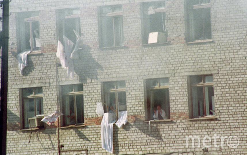 Заложники в больнице города Буденновска вывешивают на окна белые простыни с просьбой прекратить стрельбу. Фото РИА Новости
