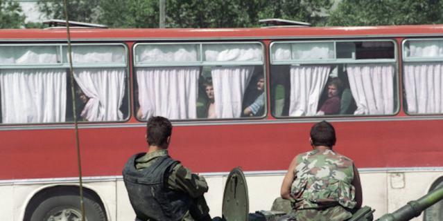 Бойцы спецподразделений охраняют автобус с заложниками, освобожденными в ходе операции в Буденновске.