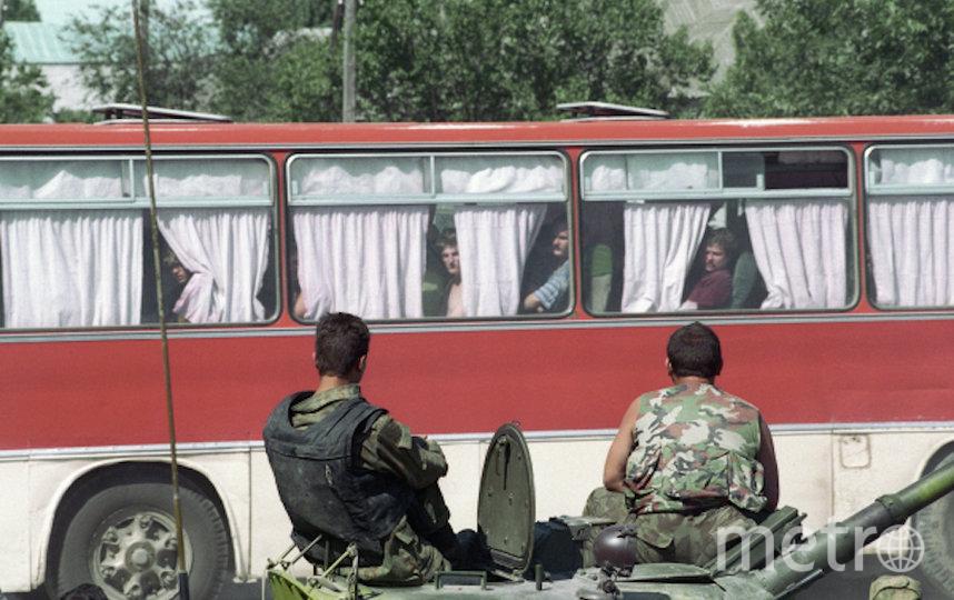 Бойцы спецподразделений охраняют автобус с заложниками, освобожденными в ходе операции в Буденновске. Фото РИА Новости