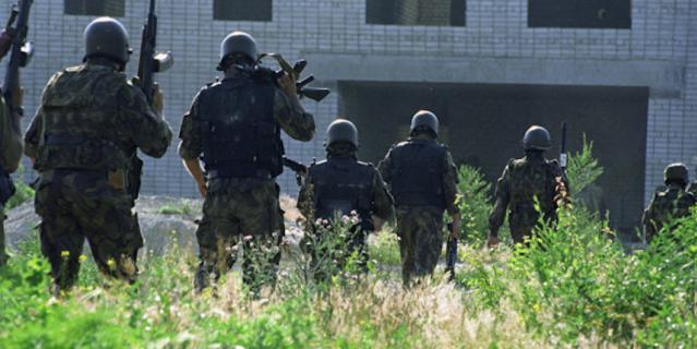 Бойцы спецподразделений перед штурмом больницы, захваченной террористами.