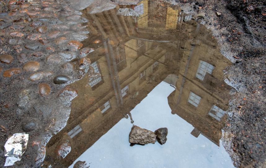 """Почти месяц двор стоит разрытым. Фото Святослав Акимов, """"Metro"""""""