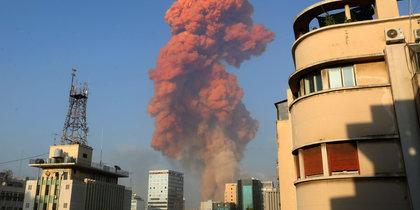 В порту Бейрута прогремел мощный взрыв: видео