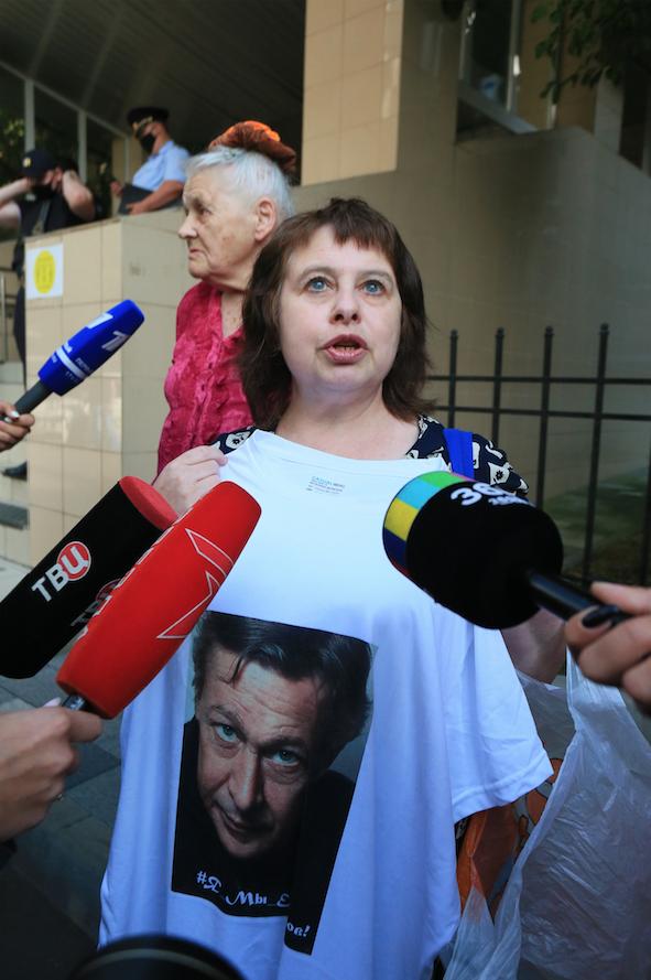 Та самая активистка у здания суда. Фото Василий Кузьмичёнок
