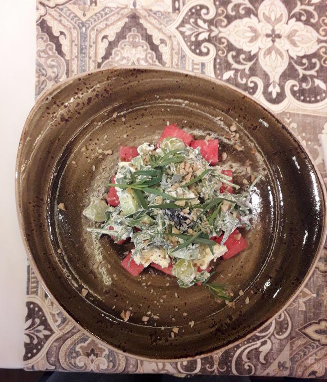 """Салат с арбузом (в ресторане """"Ткемали""""). Фото Мария Позина, """"Metro"""""""