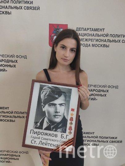 """Анна Пирожкова с фото своего прадеда. Фото Дмитрий Роговицкий, """"Metro"""""""