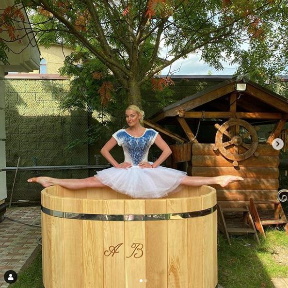 Анастасия Волочкова на именной купели. Фото скриншот https://www.instagram.com/volochkova_art