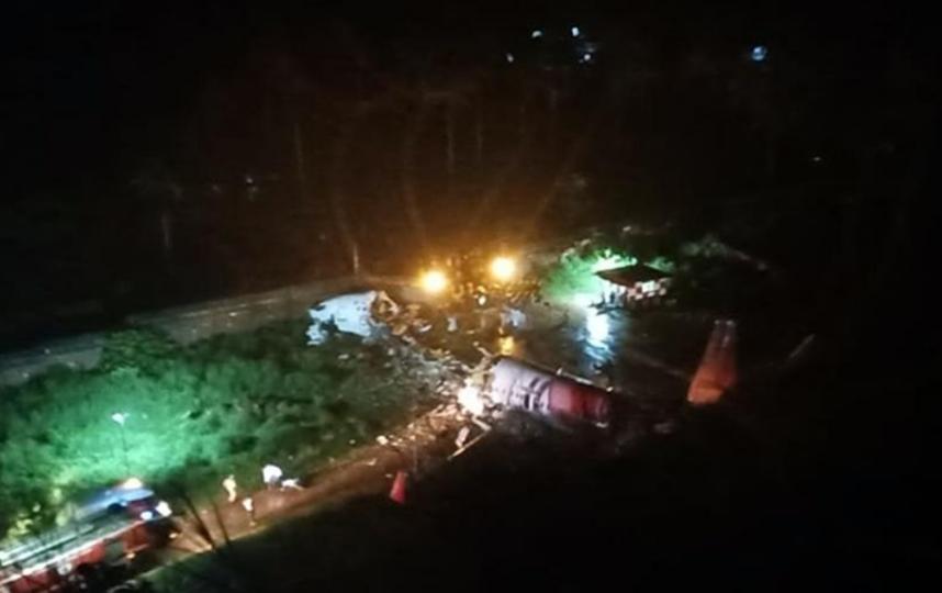 В Сети появилось видео выкатившегося за пределы полосы самолета в Индии. Фото twitter.com